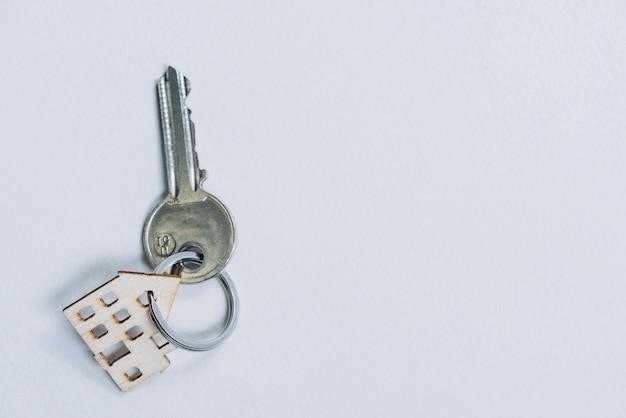 Schlüssel mit hausförmigem anhänger