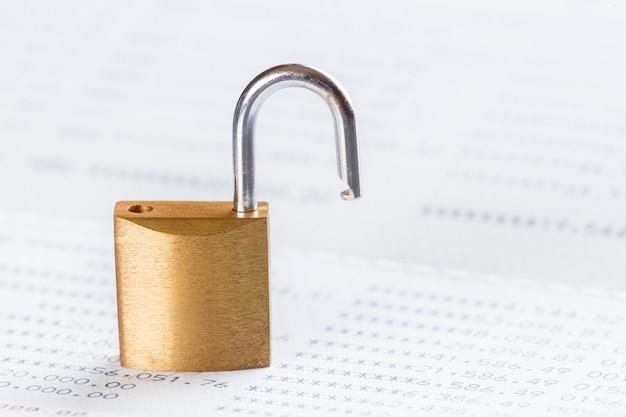 Schlüssel oder vorhängeschloss im sparbuch geöffnet