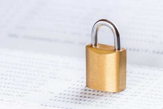 Schlüssel oder vorhängeschloss im sparbuch gesperrt