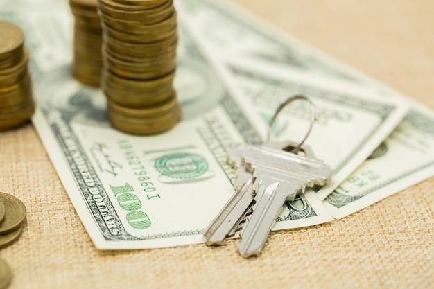 Schlüssel und geldstapel