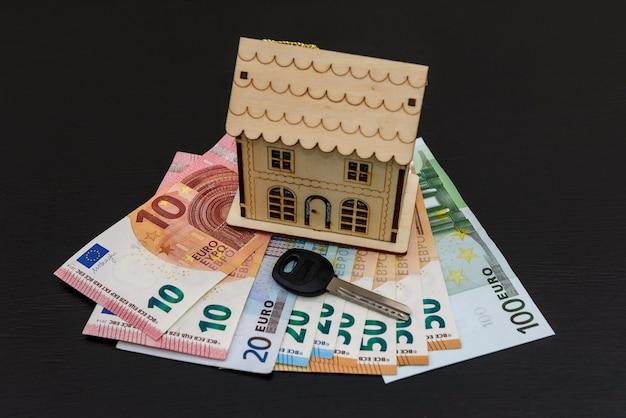Schlüssel- und hausmodell auf euro-banknoten