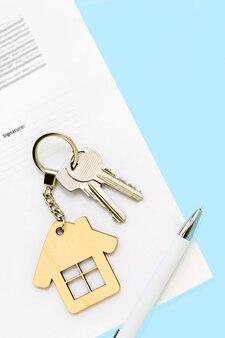 Schlüssel und hausschlüsselbund auf immobilien-hypothekendarlehensdokument, neues zuhause, versicherung, mietwohnungen.
