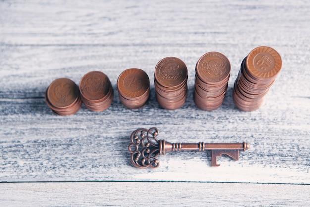 Schlüssel und münzen auf dem tisch