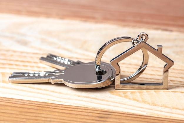 Schlüssel und schlüsselanhänger auf holz