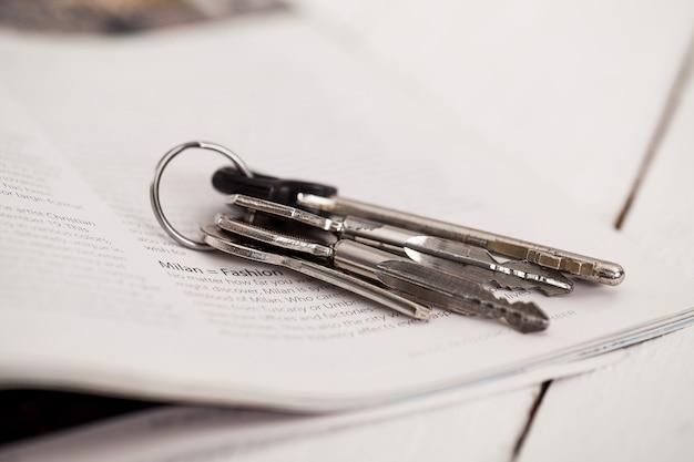 Schlüssel und zeitschrift auf einer weißen tabelle