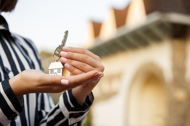 Schlüssel zum neuen zuhause, hausschlüssel in der hand