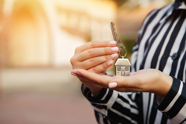 Schlüssel zum neuen zuhause in der hand