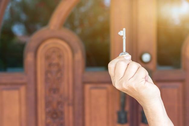 Schlüssel zur hand von menschen öffnen die tür nach innen