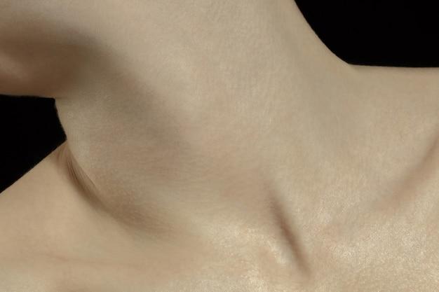 Schlüsselbeine. detaillierte textur der menschlichen haut. schuss des jungen kaukasischen weiblichen körpers hautnah.