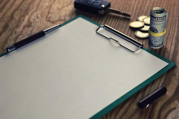 Schlüsselgeldmünze und leeres papier
