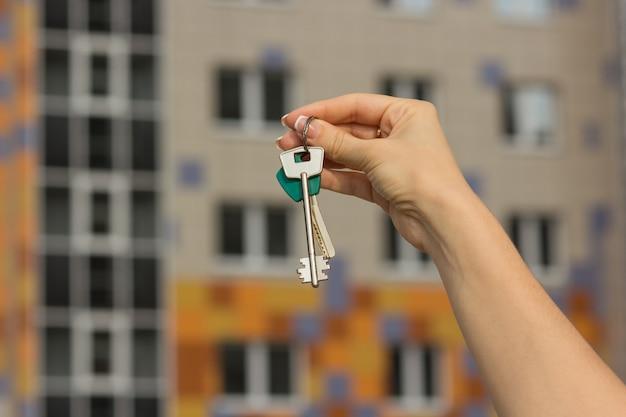 Schlüsselnahaufnahme der neuen wohnung, unscharfer hintergrund