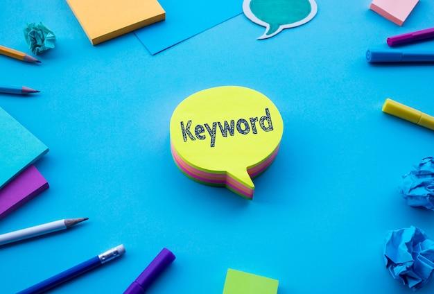 Schlüsselworttext auf chat, sprechblase auf blauem tischtischfarbhintergrund Premium Fotos