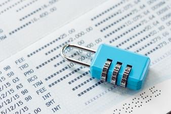 Schlüsselverriegelung und Kette an der Bankkontosperrungskonzeptschließungsbankabrechnung