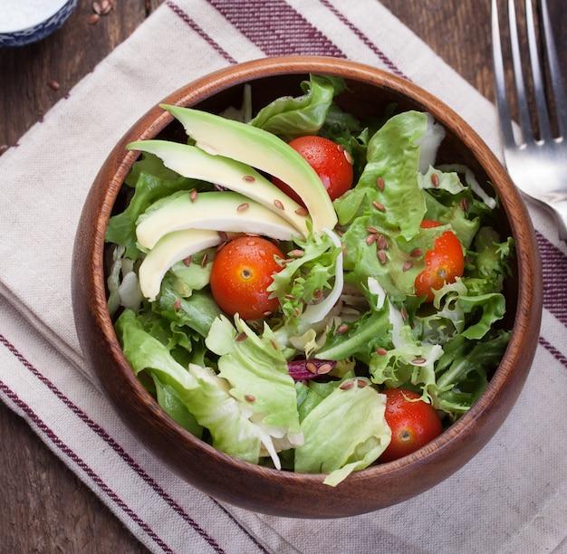 Schmackhafte salat mit avocado