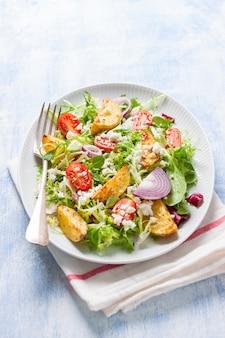 Schmackhafte salat mit kartoffeln und zwiebeln