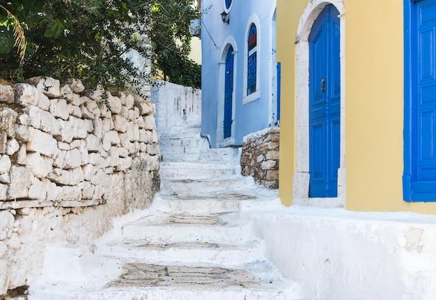 Schmale alte farbige straßen von griechischer insel. kastelorizo, griechenland.