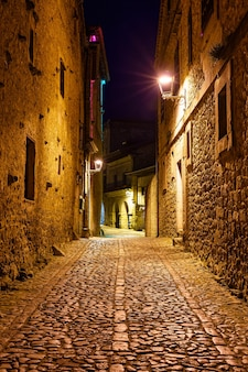 Schmale gasse im alten steindorf nachts santillana del mar, santander.