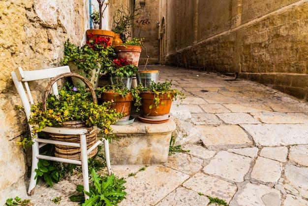 Schmale gassen der schönen stadt bari, ideal zum bummeln, wenn wir in italien touren.