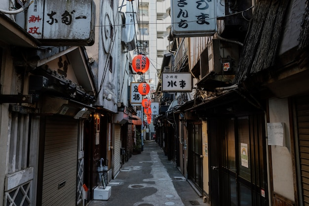 Schmale japanische straße mit laternen am tag