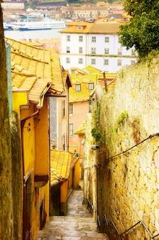 Schmale straße mit treppen in der altstadt, porto, portugal, retro-ton