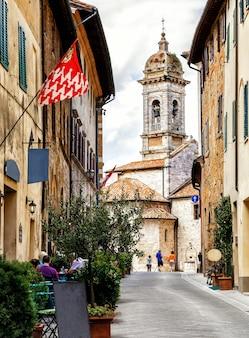 Schmale straße und alte kirche in der alten mittelalterlichen hügelstadt montepulciano toskana italien