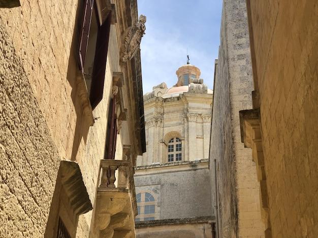 Schmale straßen und sandgebäude in valletta, malta-reiseziel