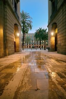 Schmaler straßeneingang zur plaza real in barcelona, spanien