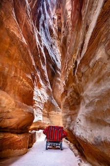 Schmaler weg mit wagen in jordanien