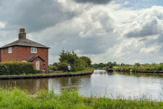 Schmales boot auf dem shropshire union canal in shropshire