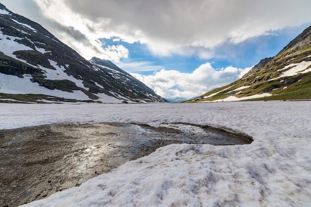 Schmelzender schnee in großer höhe in den alpen