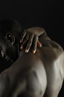 Schmerz afrikanischer mann