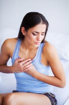 Schmerz magen, frau mit schmerzhaften bauchschmerzen
