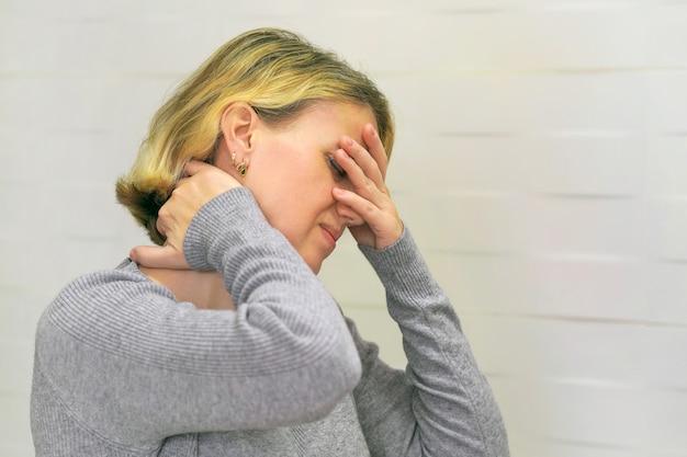 Schmerzen in der schulter. oberarmschmerzen, menschen mit körper-muskel-problem, gesundheitswesen und medizin konzept.