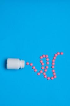 Schmerzmittel vitamine kapseln medizin blauer hintergrund