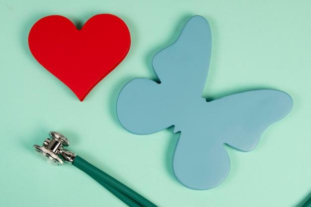 Schmetterling, der die schilddrüse und die form eines herzens symbolisiert, die sich auf die behandlung von problemen im zusammenhang mit den 2 organen beziehen