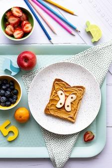 Schmetterlings-erdnussbutter-toast, kindersnack