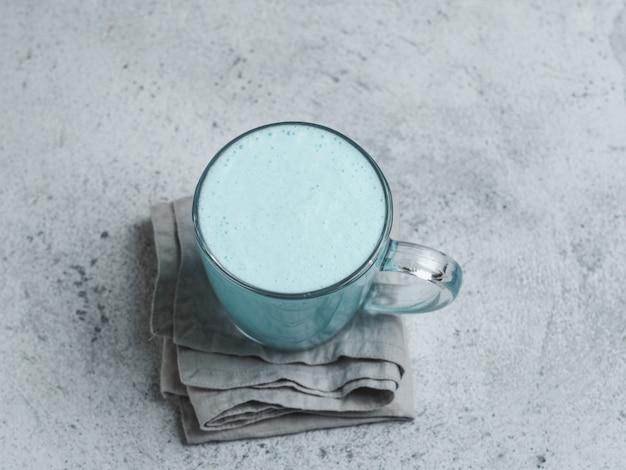 Schmetterlingserbse latte oder blauer spirulina latte