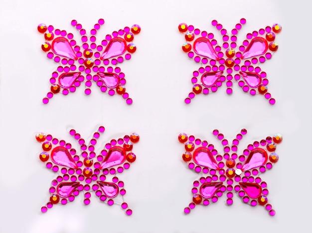 Schmetterlingssymbole aus dekorativen edelsteinen isoliert