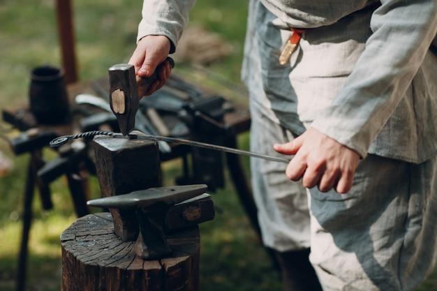 Schmied bei der arbeit mit hammer