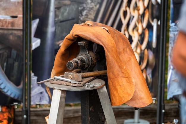 Schmied schmiedete traditionelles hammerschlagen des eisens
