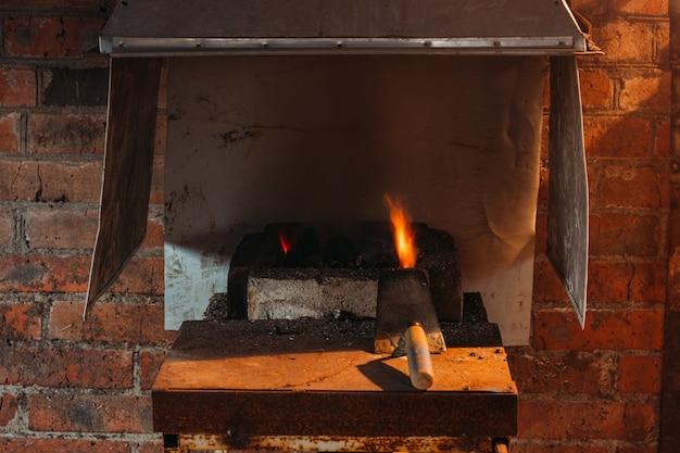 Schmiedefeuer schmiedefeuer zur herstellung von eisenwerkzeugen in schmieden.