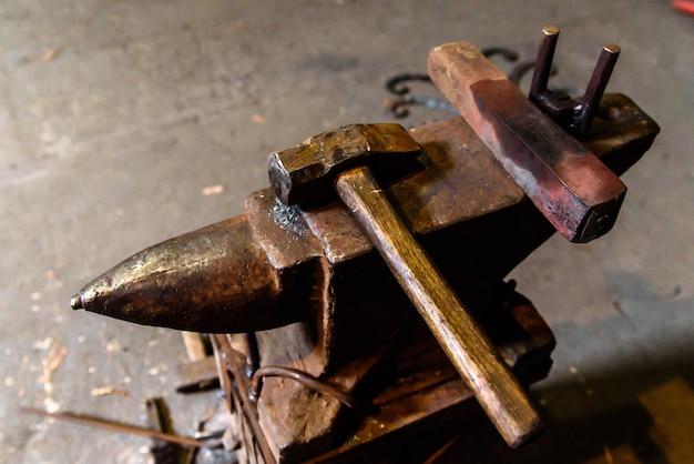 Schmieden von geschmolzenem metall. messer herstellen.