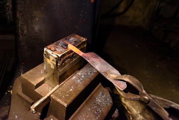 Schmieden von geschmolzenem metall. messer machen.