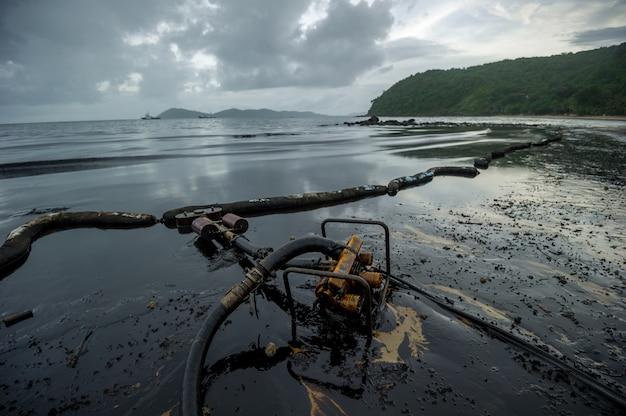 Schmierölwerkzeuge und verschmutzende umwelt in samet-insel, rayong, thailand