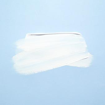 Schmierte weiße farbe auf blau