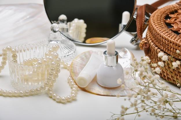 Schminktisch mit luxuriösem kosmetik- und hautpflegeset, kosmetikflaschenbehälter mit meeresperlenextraktionsessenz