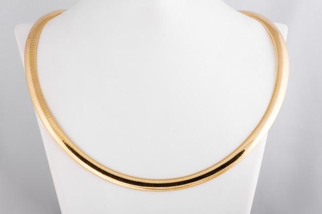 Schmuck. goldenes halsband. goldschmuck für frauen. goldkette für frauen. modischer, stilvoller schmuck