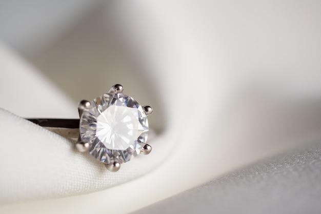 Schmuck hochzeit diamant ring nahaufnahme