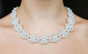 Schmuck-Konzept. Nahaufnahmeporträt einer Hochzeitshalskette auf weiblichem Hals