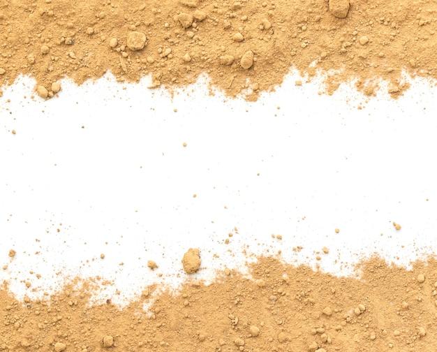 Schmutzige erde auf weißem hintergrund. natürliche bodentextur